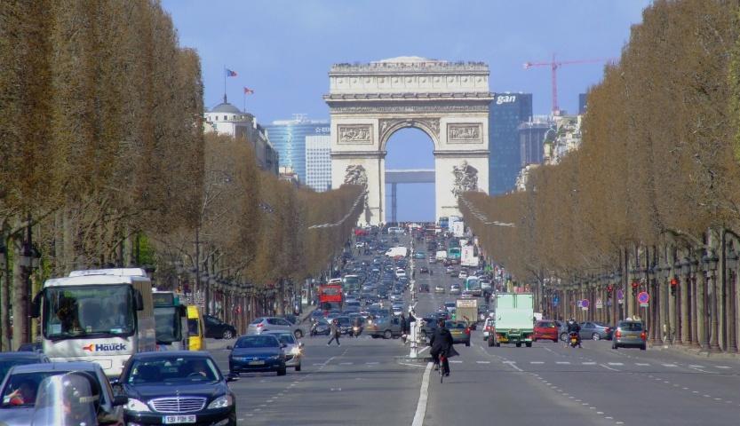 Samochodem po Paryżu. Co trzeba wiedzieć poruszając się autem?