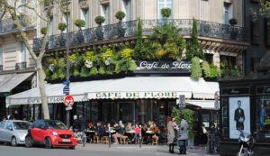 Wolna miłość francuskich kochanków i paryskie kawiarnie.